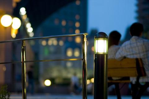 夕暮れのベンチに座るカップル