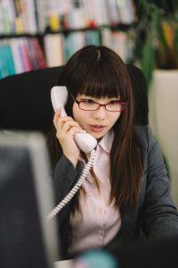 オフィスで電話を受ける女性