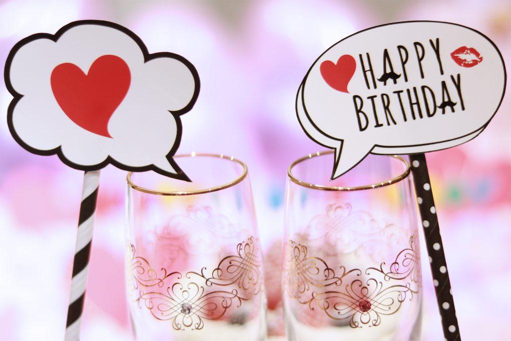 シャンパングラスと『HAPPY BIRTHDAY』のフォトプロップス