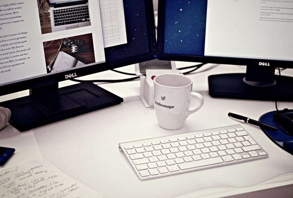 PCとコーヒーカップ