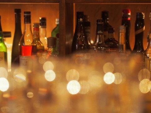 お酒がたくさん並べられたバー