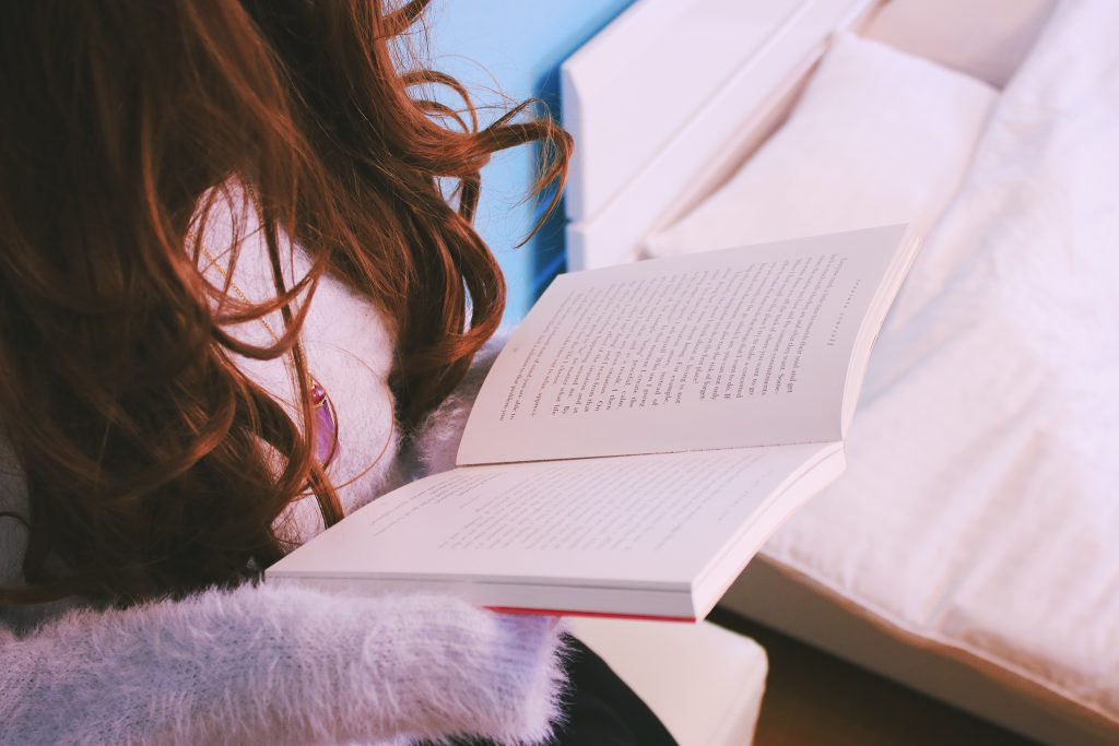 休日は部屋で読書をするインドア派な女の子