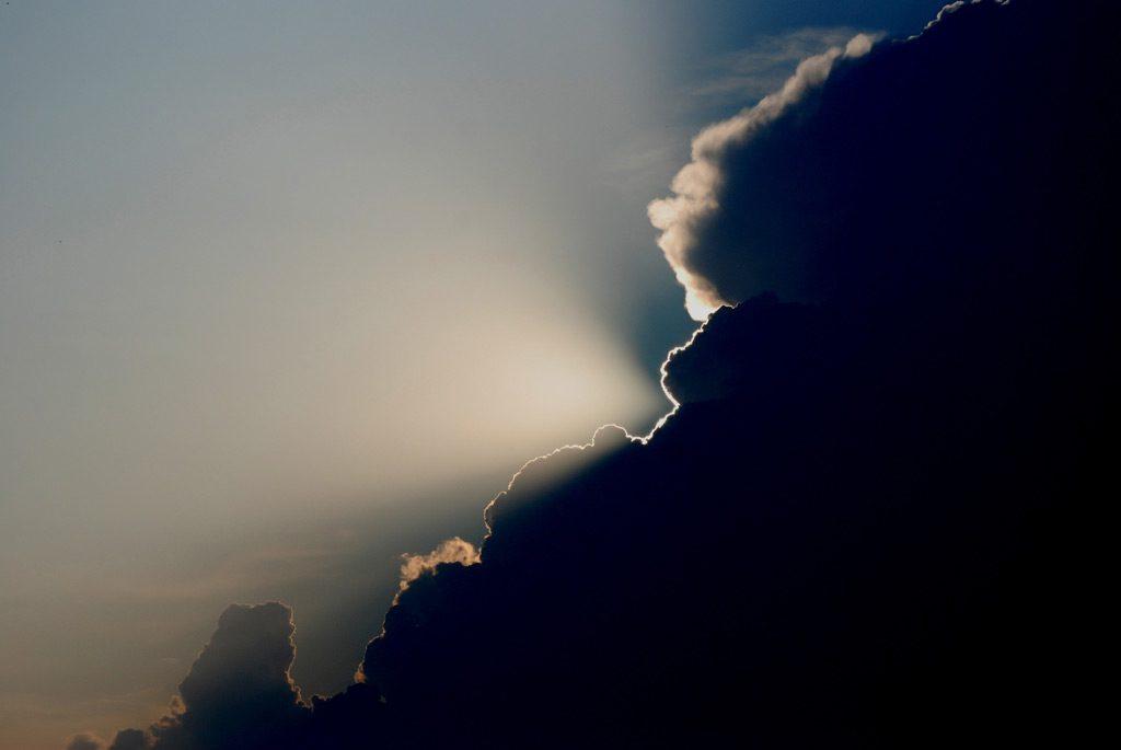 暗雲が立ち込める空