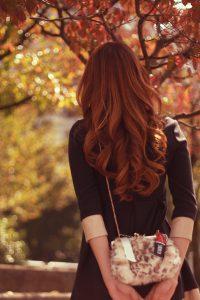 じっくりと紅葉を眺めている女の子