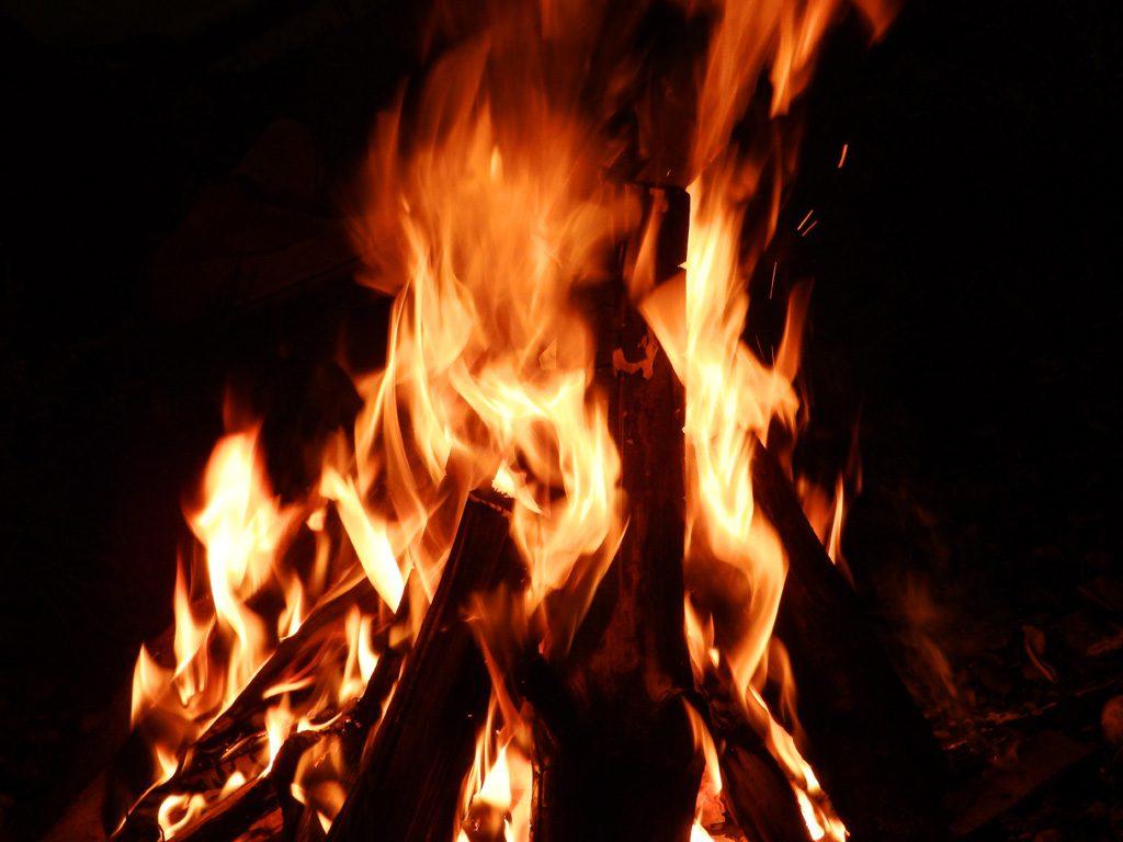 燃え上がる火