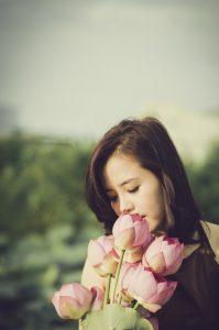 ピンクの花を持った女性