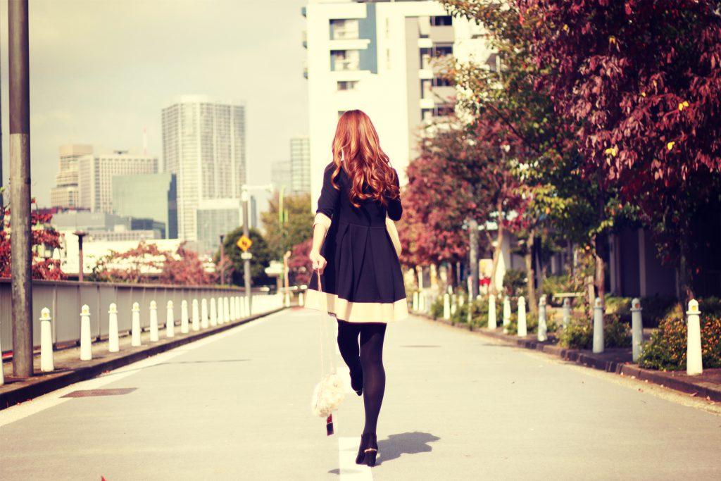 道のまんなかをてくてく歩く元気な女の子