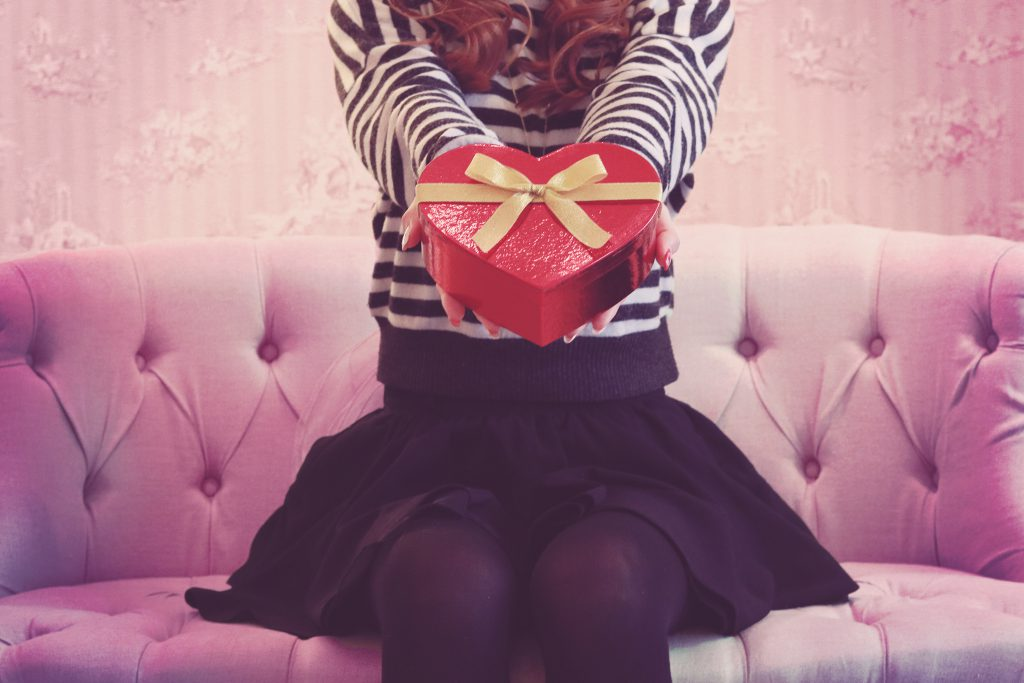 可愛らしくバレンタインチョコを渡す女の子