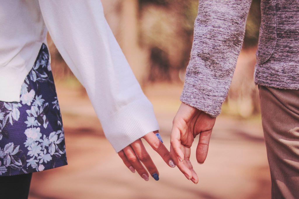 手が触れ合うカップル