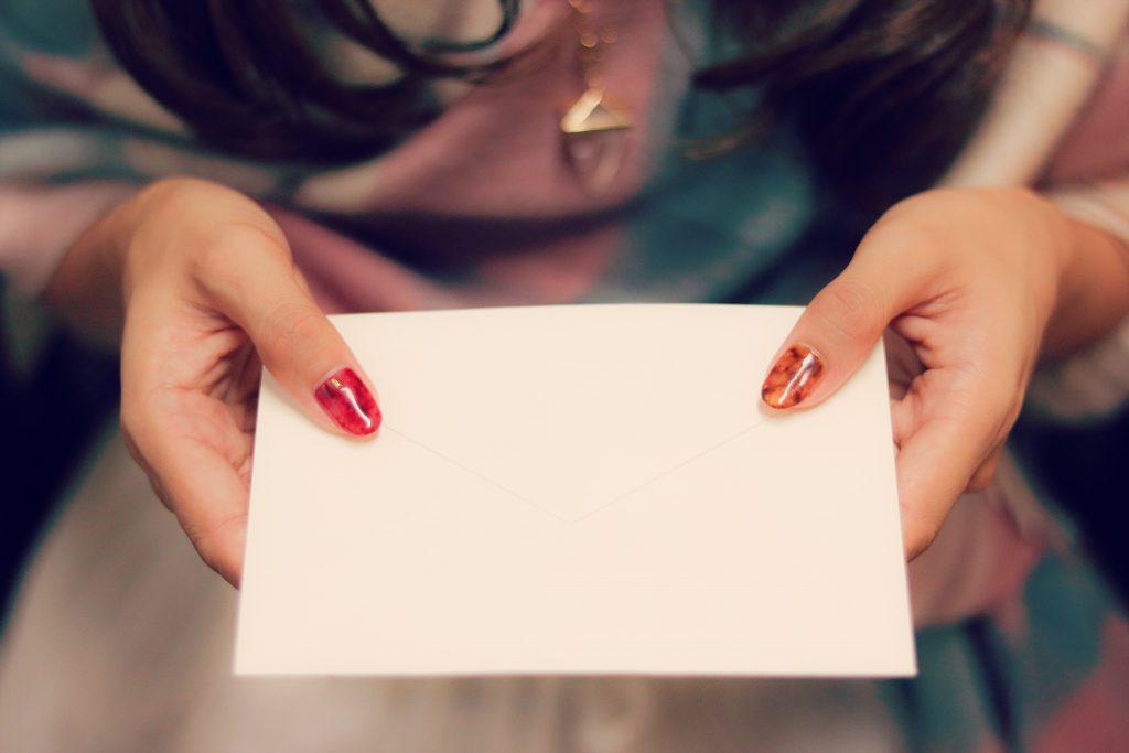 手紙を差し出す女の子