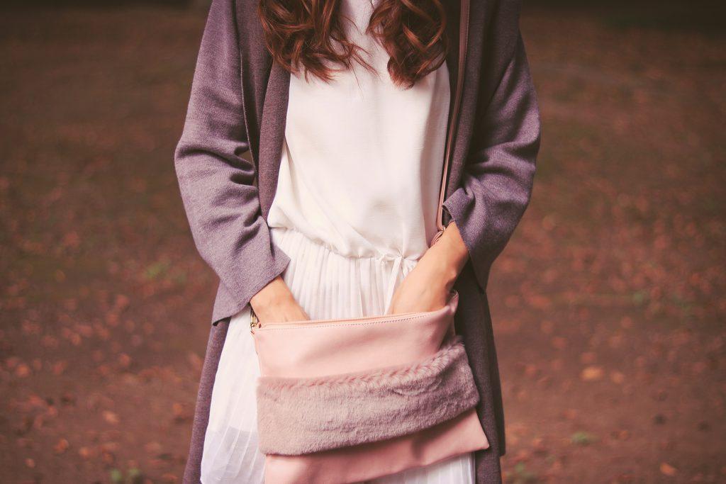 ふわふわハンドルクラッチバッグをゴソゴソしている女の子