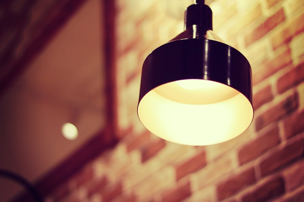 部屋をやさしく照らすペンダントライト