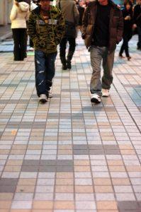 友達と歩く人
