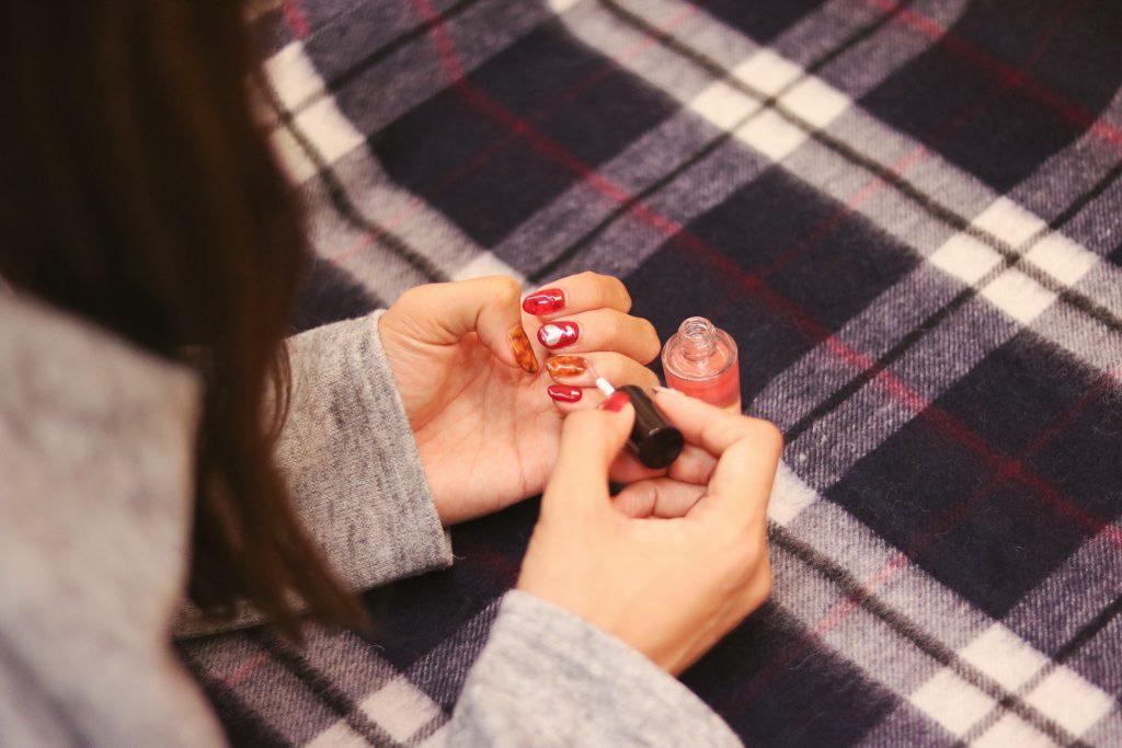冬の乾燥対策でキューティクルオイルを塗る女の子