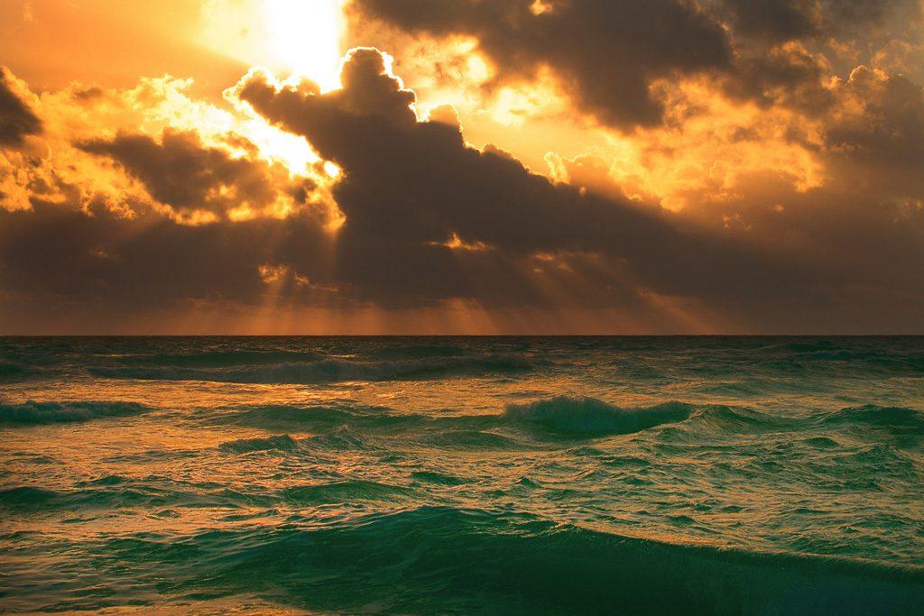 雲間に落ちた夕日