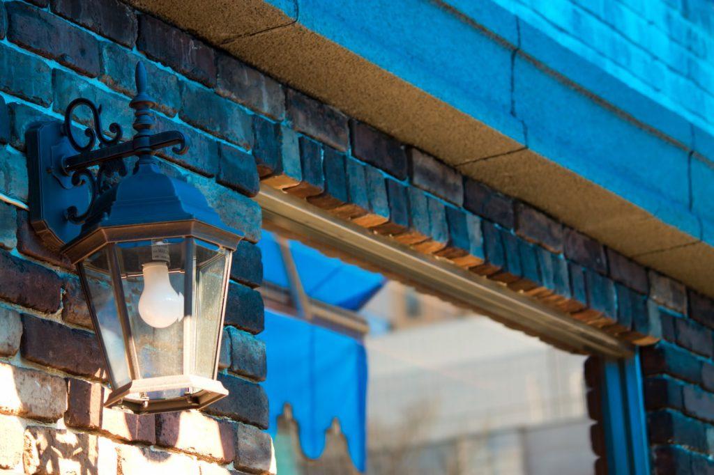 レンガでできた街灯のあるお洒落なデートコース