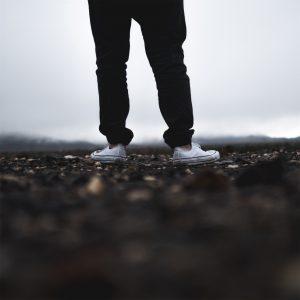スポーツ着を着た男性の足