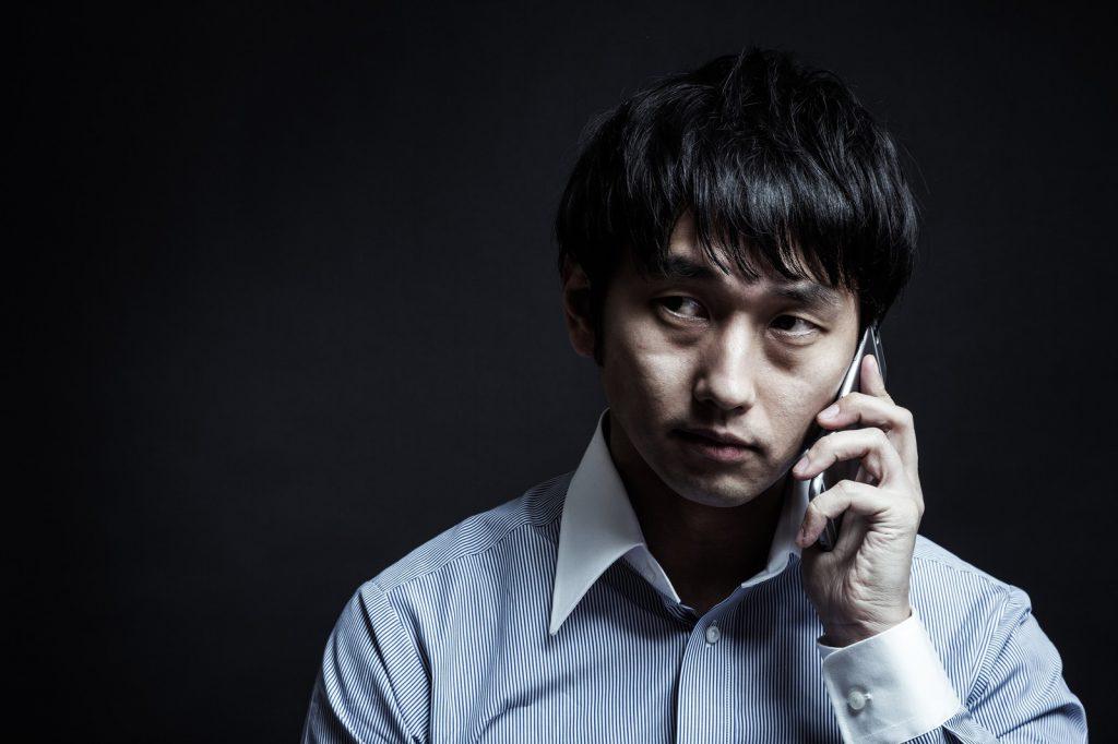 電話で確認するやり手のビジネスパーソン