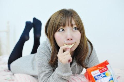 ポテチを食べる能天気な女性