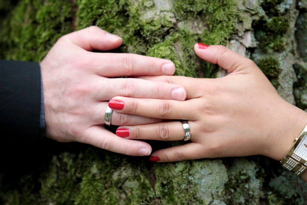 指を絡ませるカップル