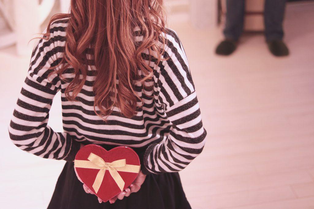バレンタインデーにチョコレートを渡そうとドキドキしている女の子