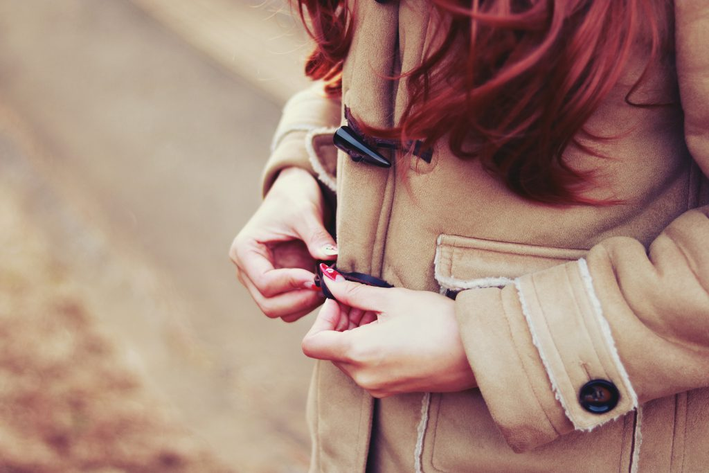 ダッフルコートを着る女の子