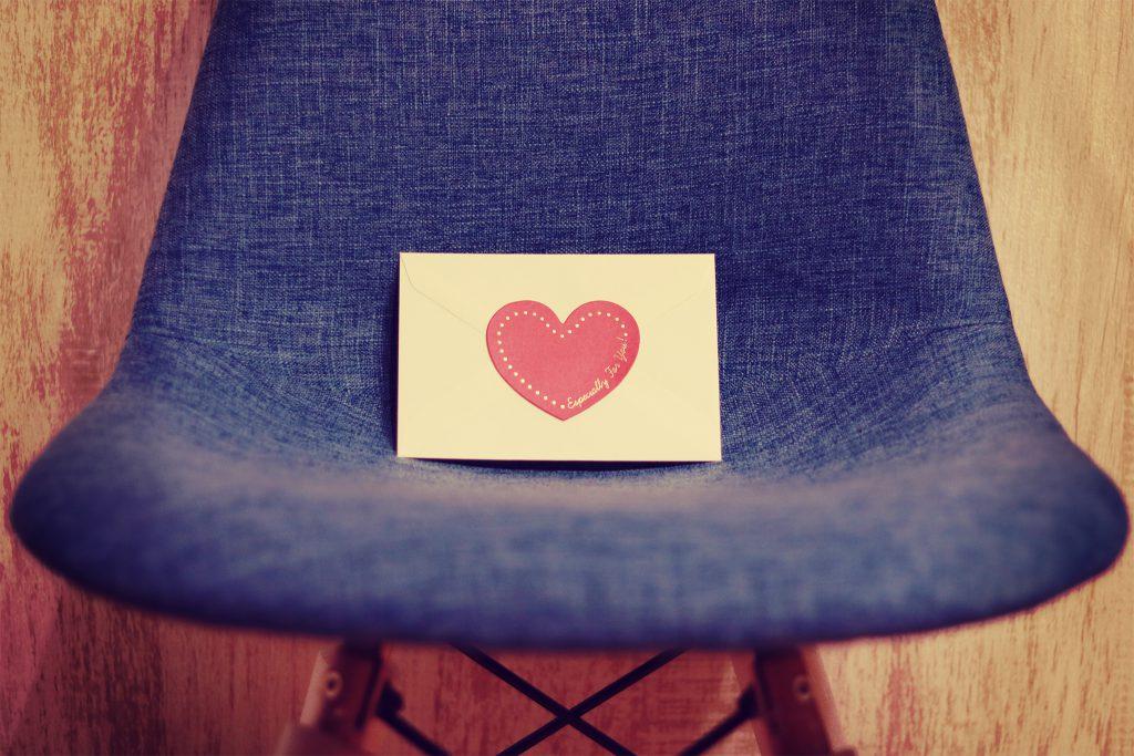 椅子に置かれたラブレター