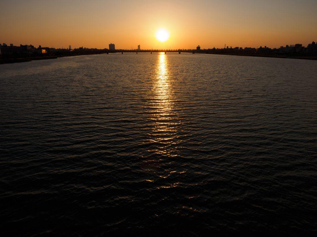 夕暮れ時の水面の反射