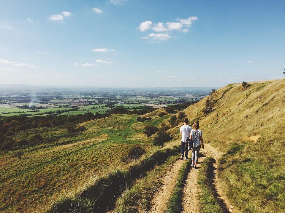 小道を散歩するカップル