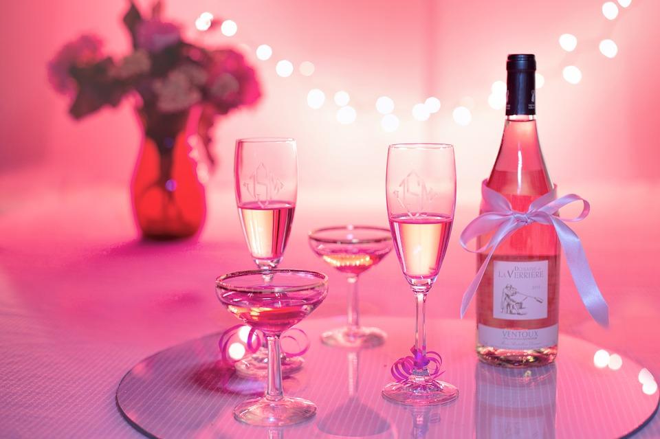 お祝いのピンクのシャンパン