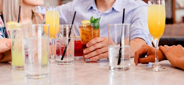 カクテルの並んだ飲み会の席