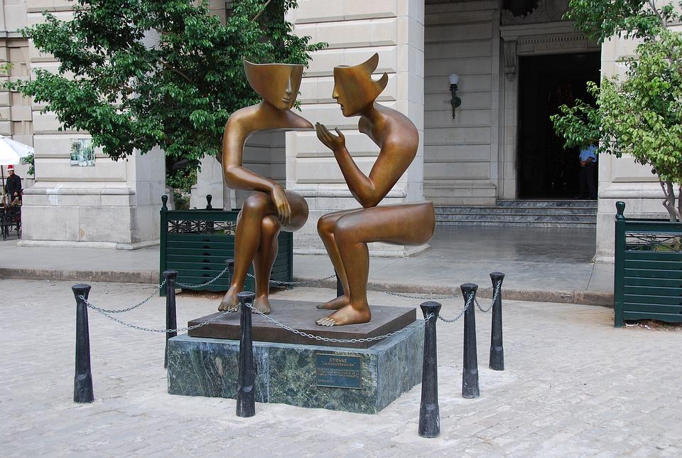 話し合うカップルの像