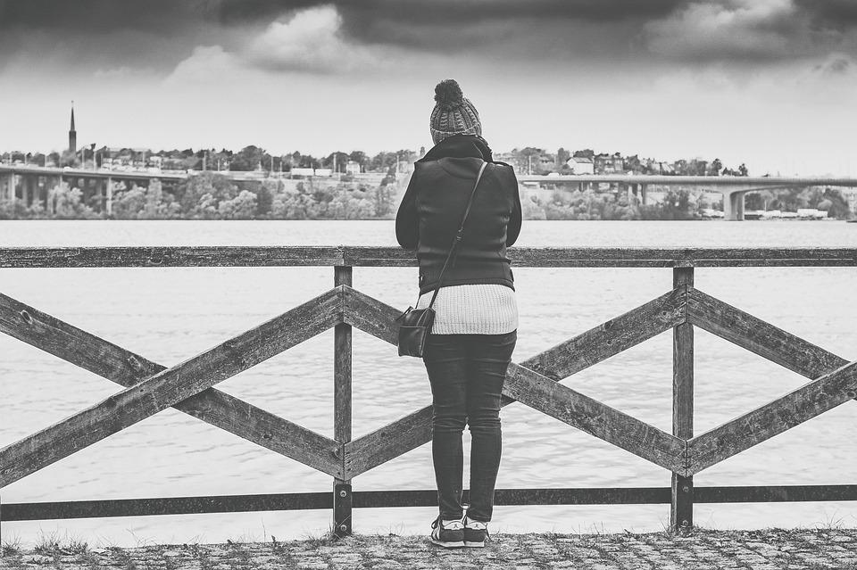 川を眺める女性