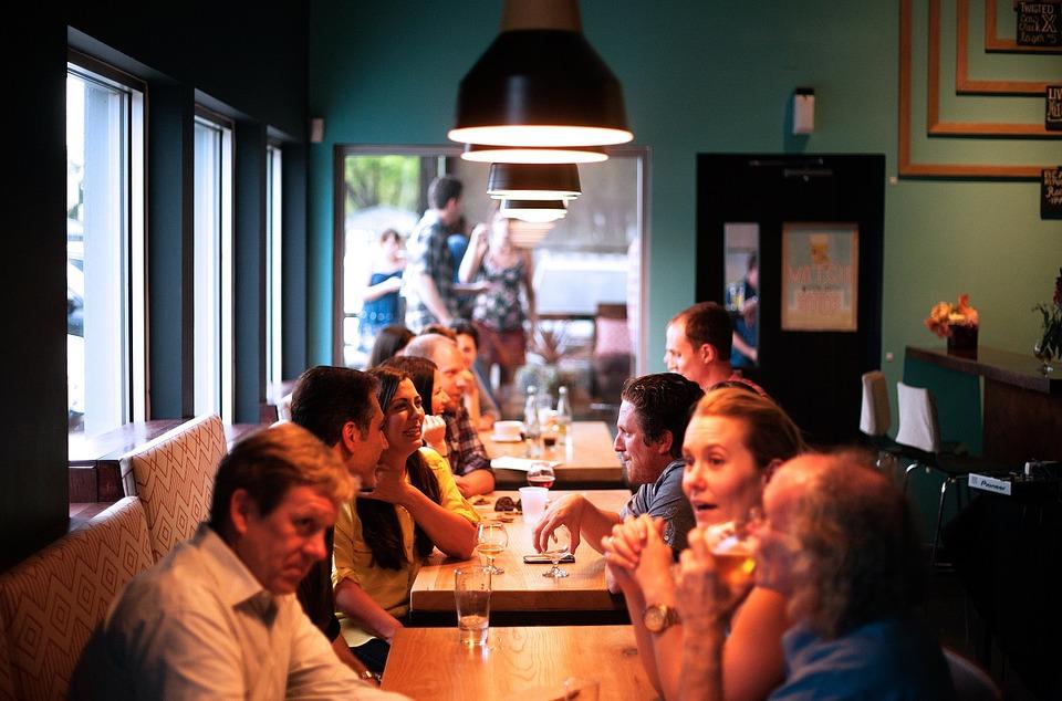 カフェで話し合う集団
