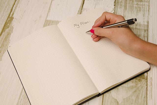 日記を書く男性