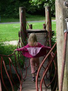 吊り橋を渡る女の子