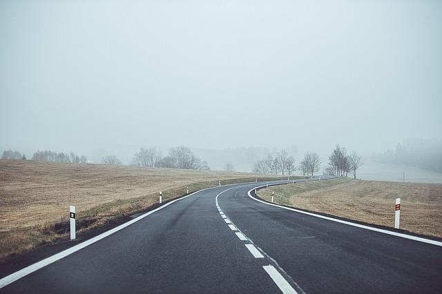 曇り空の道路