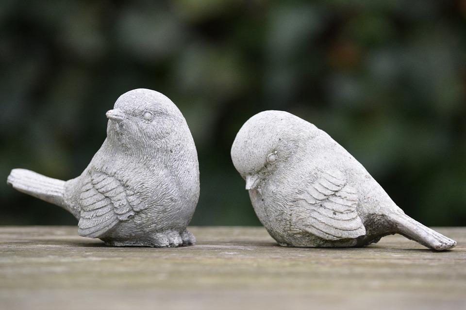 石で作られた雀の置物