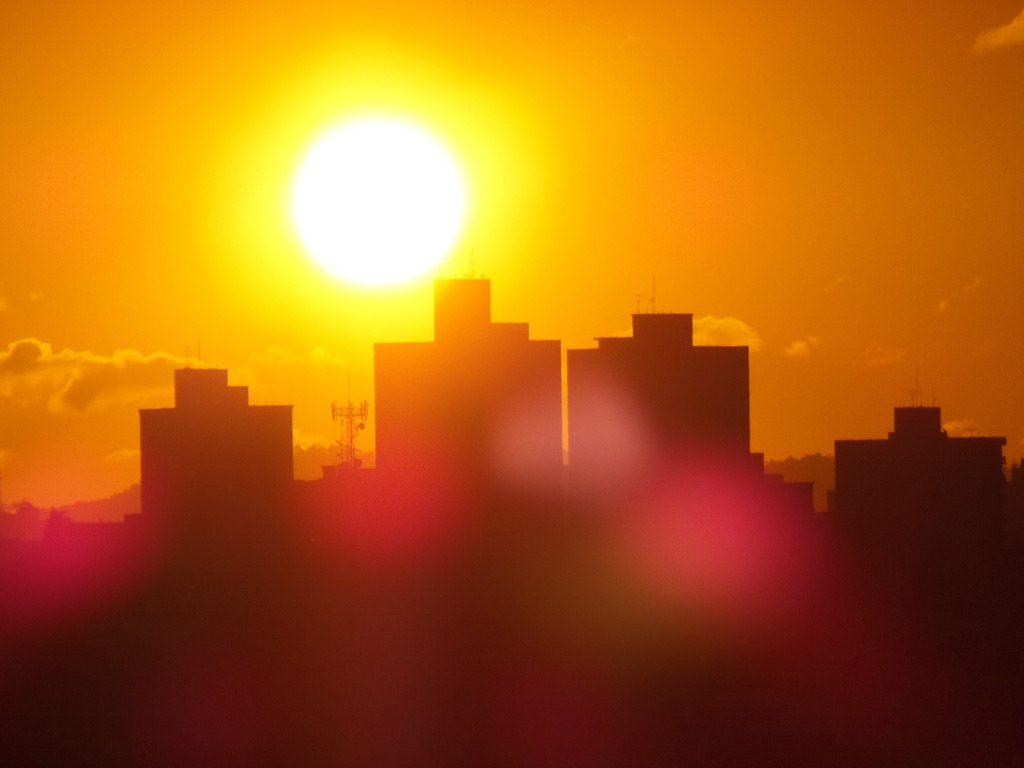 高層ビルと夕日