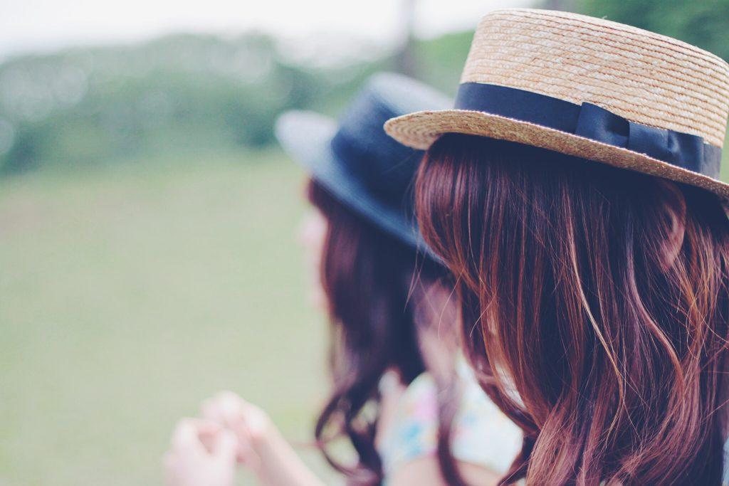 晴れた日の草原で二人で過ごす女の子たち