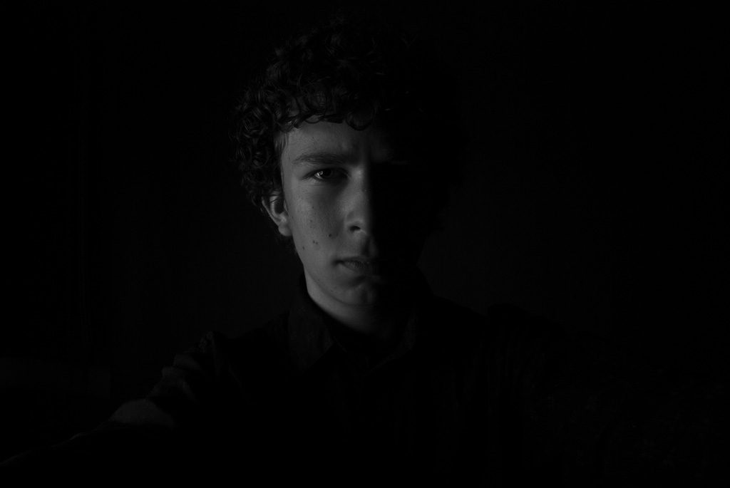 暗闇で真顔な男性