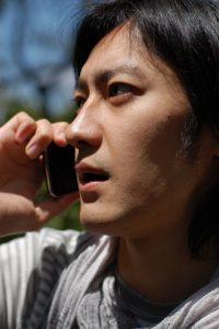 電話に出る男性