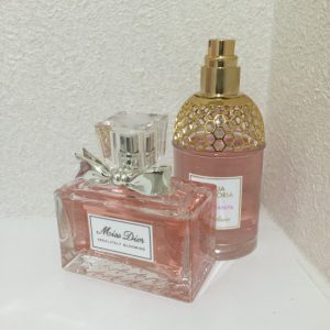 ピンクの香水の瓶