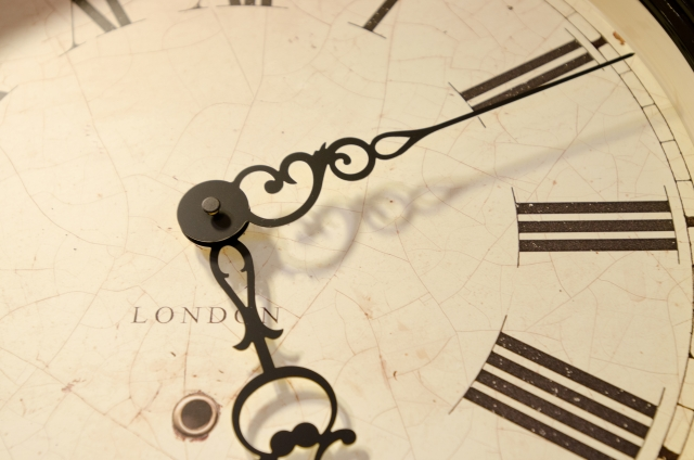 5時10分を指す時計