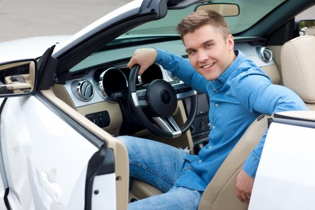 スポーツカーの運転席の男性