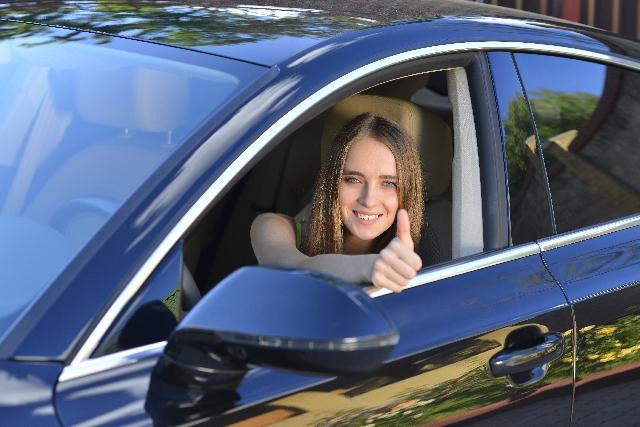 青い車に乗る女性