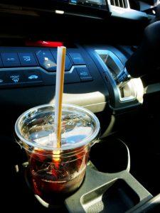 車にあるアイスコーヒー