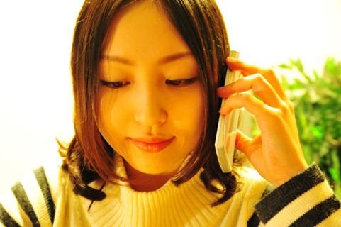 電話で相手の話を聞く女性
