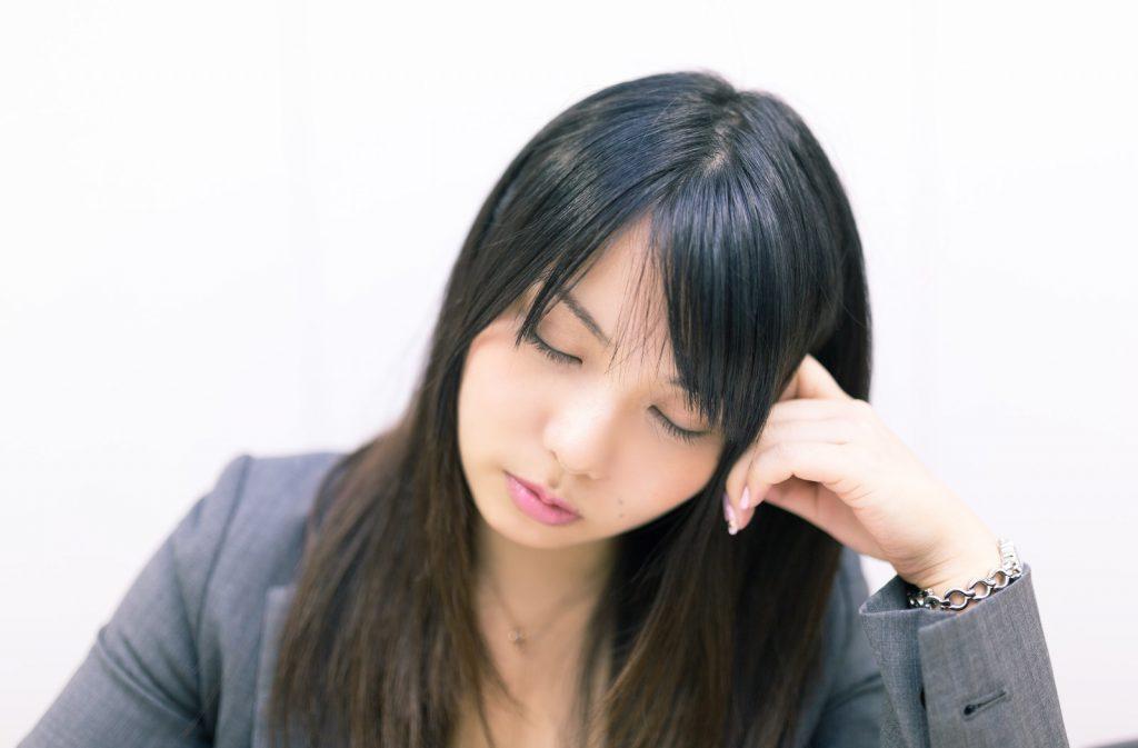 考えこむフリをして会議中堂々と居眠りをする女性社員