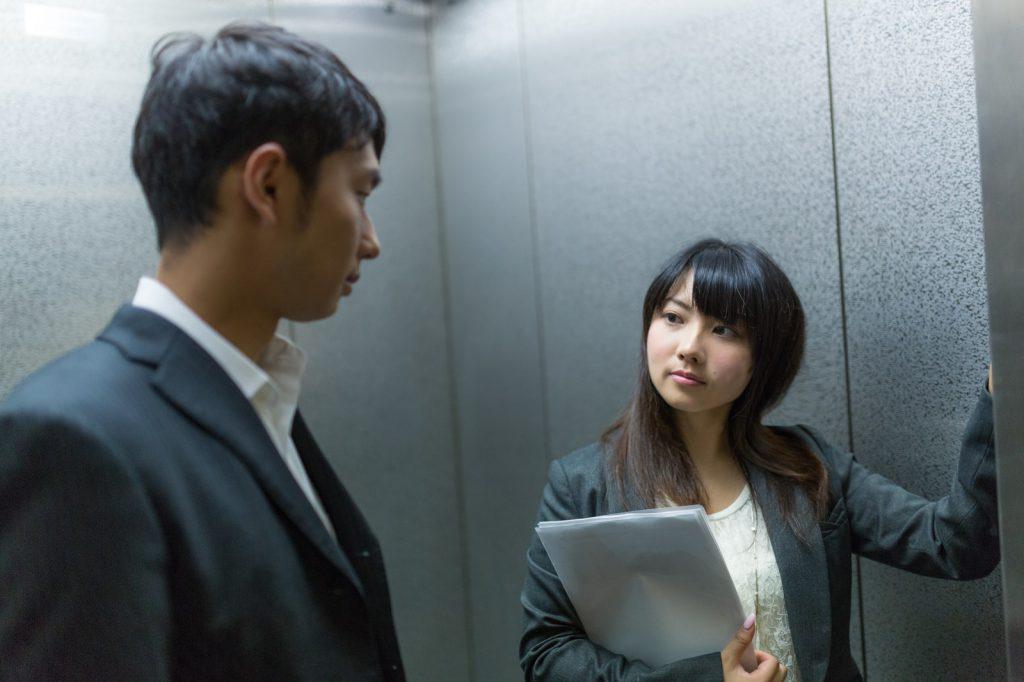 エレベーターにのる職場の上司と部下